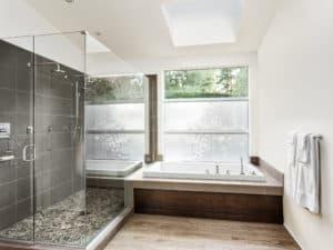 Glasvæg og glasdør på badeværelset
