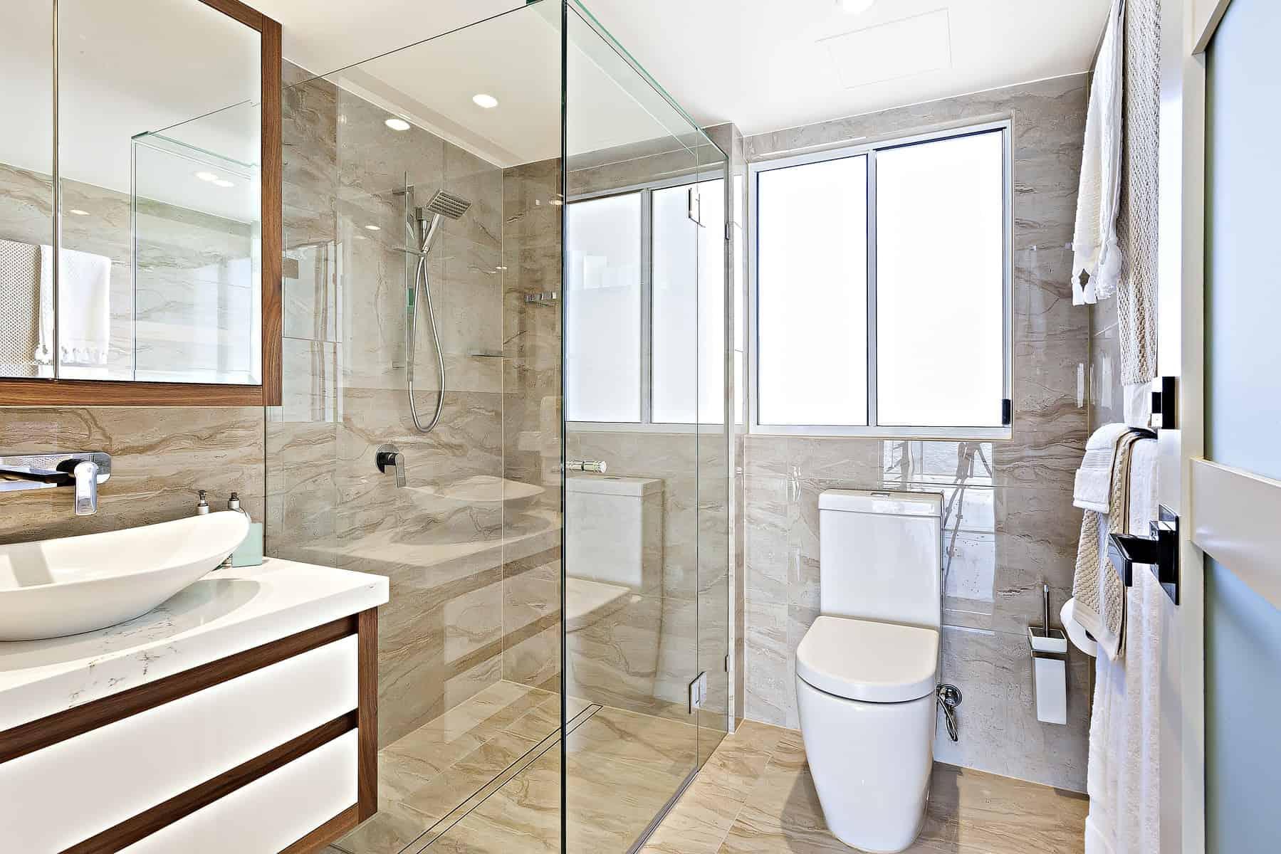 Badeværelse med brusekabine opsat af glarmester Holte