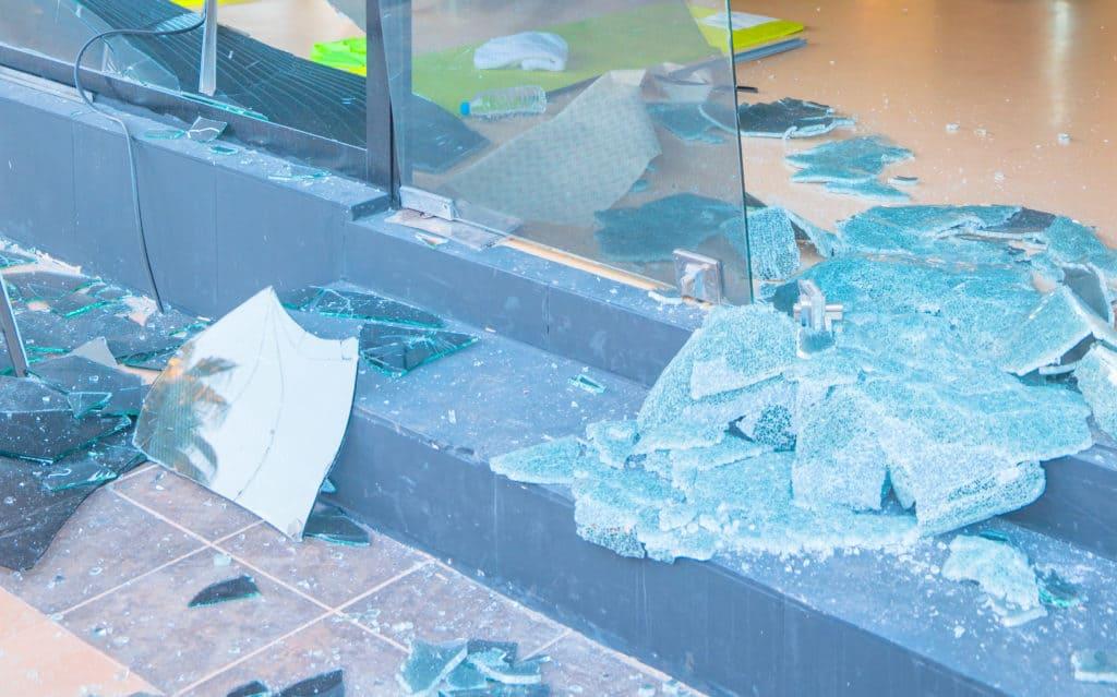 Knust rude på gulv skal udskiftes af glarmester Østerbro